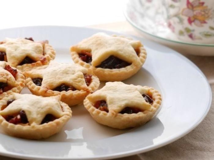 イギリスのクリスマス時期によく食べられるミンスパイ。薄力粉、バターなどで作ったパイ生地の中にミンスミートやドライフルーツを入れて焼きます。可愛い星形のパイは、おもてなしで喜ばれそう♪