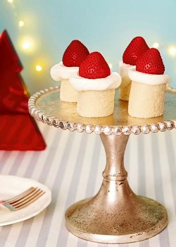 生クリームをぬった食パンをロール上にしてクリームとイチゴで飾り付ければ、まるでキャンドルのような可愛らしいフルーツサンドが完成です♪