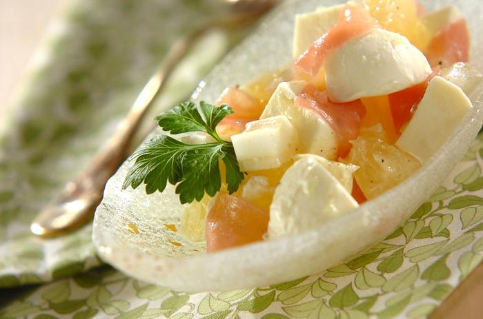 「桃モッツァレラ」など、フルーツと合わせてカプレーゼのようにしてもおいしいモッツァレラチーズ。独特の苦みが特徴のグレープフルーツと合わせれば、少し大人の味の彩りキレイな一皿に。ワインに合うので、ぜひ一度試してみて!