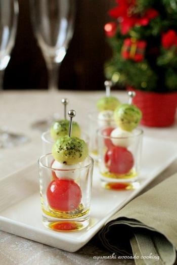 イタリアンカラーのカプレーゼをピンチョスに。アボカドをスプーンで丸くくり抜くのがポイントです。華やかでつまみやすく、パーティーにもおすすめですよ。