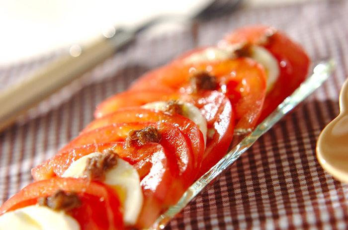 モッツアレラチーズとトマトのサラダも、アンチョビを加えるだけで味わいに深みがプラス。 お肉のメイン料理を引き立てる色合いで、付け添野菜にしてもオシャレ。