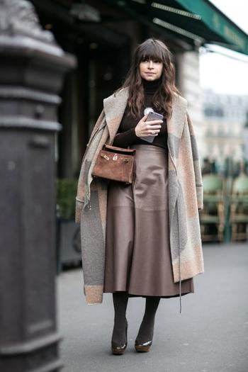 今年らしいフレア系ボトムスと相性抜群のガウンコート。ゆるやかなスカートのラインに沿わせて羽織って綺麗なAラインに。グレージュのトーンに季節感のあるスエード風のバッグも馴染んでいます。