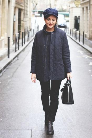 ネイビーと黒でまとめたミニマムな冬のマリンスタイル。日本の私たちにも馴染み深いキルティングジャケットにデニムのコーデがこんなにも洗練されているのもbobourやacneといったラインが綺麗なアイテム選びだからこそですね。