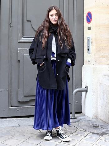 ロイヤルブルーのプリーツスカートをカジュアルに。トレンドのビッグシルエットをフェミニンに見せるには、上品な色選びがマストです。