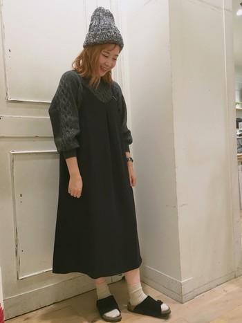 こちらはブラックのキャミワンピースを合わせています。ニット帽とソックス×靴下のコーデでリラックス感あるコーデになっています。