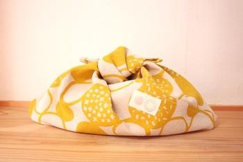 袋口をキュッと絞れば形も可愛いお弁当袋に。