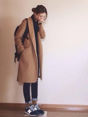 上品な雰囲気が魅力のキャメルのチェスターコートにあえてリュックやスニーカーを合わせてカジュアルに着こなして。ちらっと見せた靴下も同系色にしてポイントに。