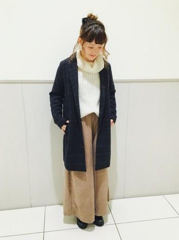 チェック柄のチェスターコートが可愛いですね。チェスターコートに首回りがゆったりとしたオフタートルニットを合わせると女性らしさが引き立ちます。