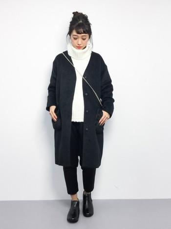 白のニットに黒のノーカラーコートとパンツでスタイリッシュに仕上げて。