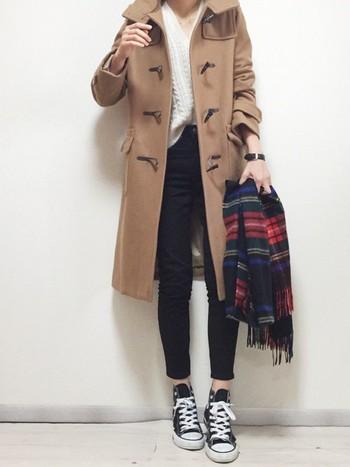 ロング丈のコートを着ると重くなってしまいがちですが、このようにニットをウエストインしたり、縦のラインを意識したコーデにするとスッキリとして見えます。Vネックで首元を見せることで女性らしい印象に。