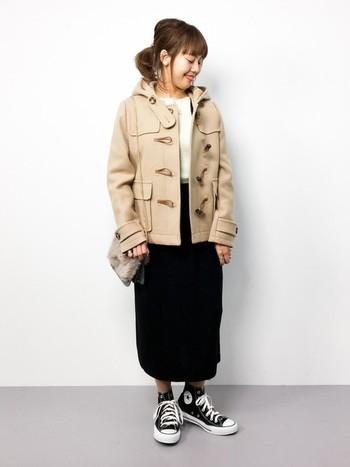 子供っぽくなりがちなダッフルコートですが、モノトーンコーデに合わせれば大人ならではの着こなしを楽しめます。ダッフルコートをあまり着ない人にもおすすめのコーディネートです。