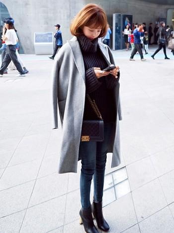 チェスターコートは着るだけでなく、肩から羽織っても素敵。