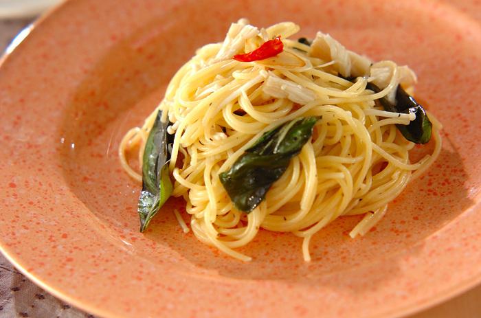 定番ペペロンチーノにえのきとバジルを加えて。シャキッとした食感と爽やかな香りが味に奥行きを持たせます。