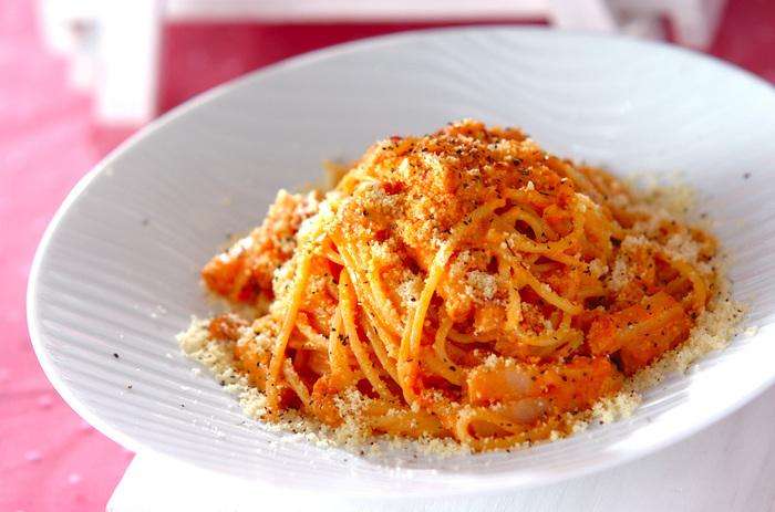 トマトソースに生クリームと砂糖を少し加えた、まろやかなクリームパスタ。粉チーズをたっぷりかけて濃厚な味わいを堪能して。