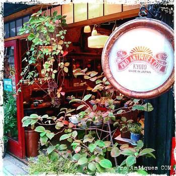 """三条の京都文化博物館の側にある『Pro Antiques""""COM""""(プロ アンティークス コム)』さんは、建物全体からとびきり風情のあるオシャレ感が漂ってくる素敵なお店です。 骨董初心者さんには嬉しいリーズナブルな印判小皿や九谷焼のお猪口など数百円で買えるものから、京都の割烹で使われるような染付白磁の器、漆器や家具など上級者向けのものまで幅広い品揃えです。"""