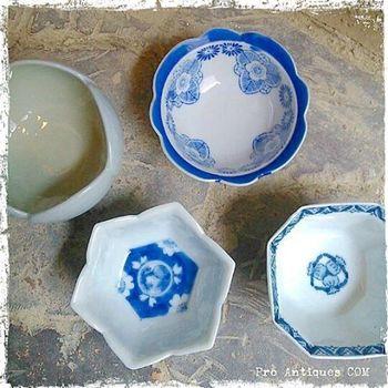 こちらは大正時代の小鉢だそう。白磁にブルーの染付が上品です。 今夜は何を作ろうかな♪ 素敵な器があると、お料理も一層楽しくなりませんか?