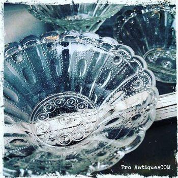 こちらは明治時代の和硝子の小鉢。陶器だけでなく、とても素敵な硝子製品も数多く取り扱われています。 新品ではなかなか見つからないような、時代劇にに出てくるような金魚鉢、手の込んだ模様が入ったグラスなど、近代日本人の豊かな感性が詰まった、あまりに美しく繊細な製品に見入ってしまって、あっという間に時間が過ぎてしまいます。