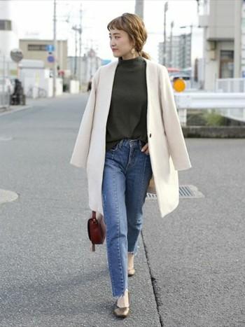 白のノーカラーコートがよく映えるシンプルな着こなし。こんな風に肩に羽織るだけでなんだか雰囲気が出ますね。