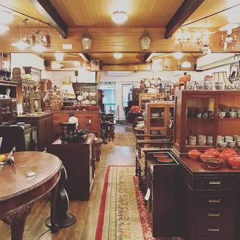 和箪笥から洋風キャビネット、卓袱台から重厚なヨーロッパ調テーブルまで、数だけでなく種類も豊富。 一度足を踏み入れたら、あれもこれも目移りして、なかなかお店出られません♪