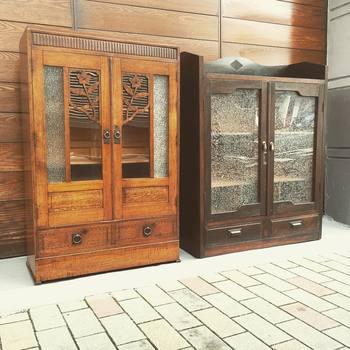 こちらの手の込んだ細工が施された和箪笥も、欲しいものリストのベストファイブ!大正時代や昭和初期のキャビネットや扉に使われているガラスには、昨今なかなか目にしない美しい模様が入っています。当時の職人さんの技術力の高さや丁寧な物作りに驚かされることもしばしば。 今度家具を買う時には、絶対アンティーク!
