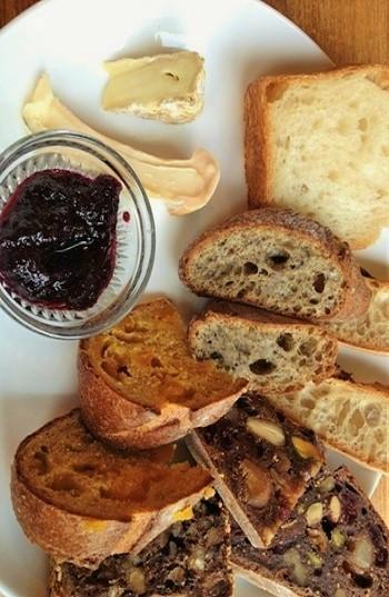 パン・オ・ヴァン(赤ワインで仕込んだパンに、イチジク、クランベリー、ピスタチオ、クルミなどなど、フルーツとナッツが練り込まれて)、ノアレザン(アマニ、アマランサス、クルミ、レーズン入りのライ麦パン)、パン・オリーブ(イタリア産グリーンオリーブ、ブラックオリーブが練りこまれて)など。