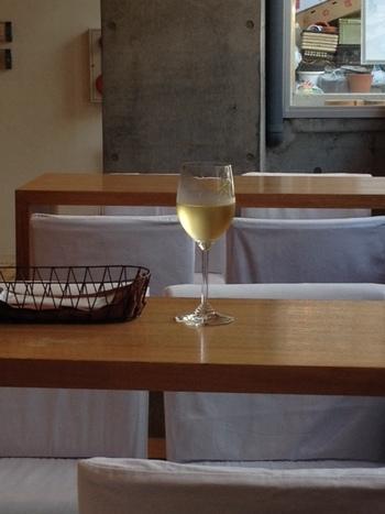 店内のイートインで、ランチも、ワインも、頂けます♪
