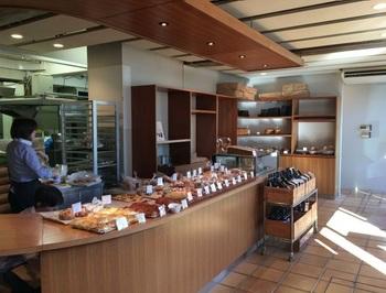 多種多彩なパンが並ぶカウンター。ワインも販売されています。