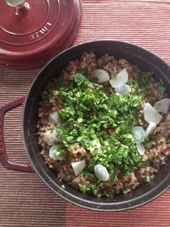 七草粥をお米ではなく、玄米を使って作るのも◎。ポイントは玄米を香ばしくなるまで炒ること。炒り玄米にはデットクス効果もあり、調理時間も短くなりますよ。