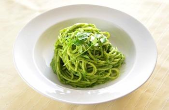 バジルの代わりに七草を使ったジェノベーゼはいかが?美味しく仕上げるコツは抹茶を使うこと。抹茶が七草の臭いを消してくれますよ。
