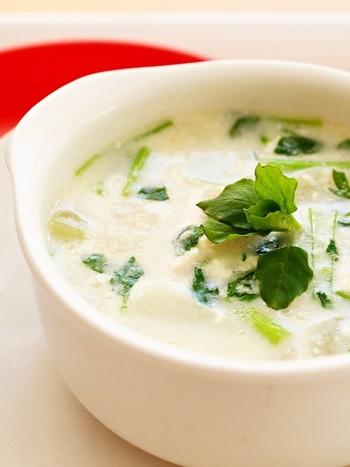 七草を使った料理は七草粥だけではありません。七草を使って色んな料理を楽しんでみましょう。まずは七草のミルクスープから。七草を使ったミルクスープはほっとする味わい。簡単に作れるのでぜひお試しあれ♪