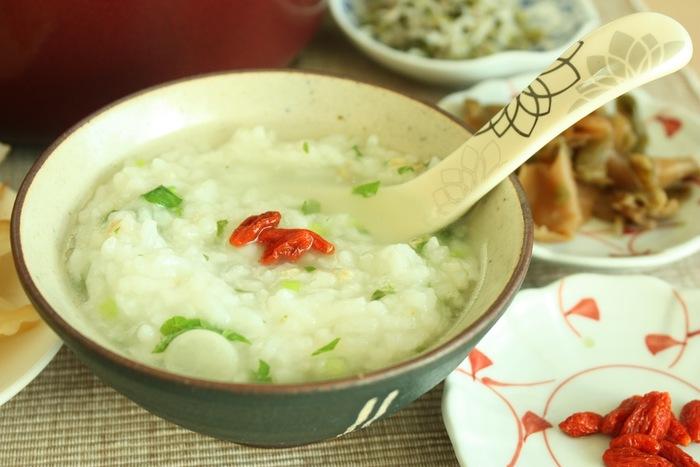 中華だしと塩麹を加えた七草粥。そのままでももちろん美味しいですが、ザーサイやネギ、ラー油などお好みの具材をトッピングして味に変化を付けるとより美味しくいただけます。