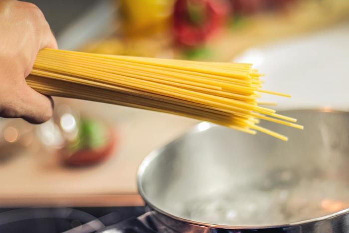 パスタにしっかりと下味を付けるためにも、茹で湯に入れる塩の分量は大切です。大体2リットルのお湯に、大さじ1と1/3くらいの塩を入れて、しっかり沸騰させてから麺を入れましょう。温かいパスタ料理を作る場合は、茹で上りは芯が少し残っているくらいの「アルデンテ」を意識して。茹ですぎると、全体がしまりなく、味わいがぼんやりしてしまいがちなので、気を付けて下さいね。