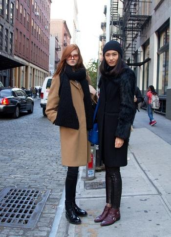 優しいキャメルやブラウン系カラーは、ブラックで知的に上品に引き締めて。フラットになりやすいワントーンコーデも、ファーなど異素材をミックスした遊び心のある着こなしだとニュアンスが生まれます。