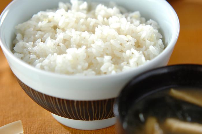 【ショウガご飯】 炊飯器に生姜と調味料を加えるだけのお手軽レシピ。生姜をたっぷり入れるので体もポカポカ。あっさりとした味わいなので、他のおかずとも好相性。
