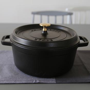 1974年にフランスで開発された「ストウブ(staub)」。機能性に優れたストウブは世界中のシェフに使われています。3つ星シェフのポール・ボキューズは自分のレストランで使っているんだそう。ストウブ鍋の内側は黒で、焦げ付きにくく耐久性も◎
