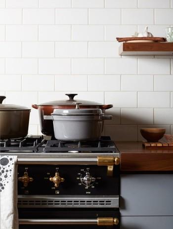 キッチンにあると嬉しい鋳物ホーロー鍋。ルクルーゼとストウブはどう違う?