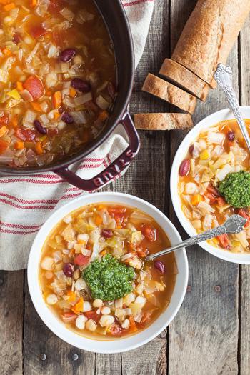 ルクルーゼとストウブ、どちらも甲乙つけがたいですね。ルクルーゼは可愛いデザイン、ストウブは無水調理、それぞれに魅力があります。ぜひ、自分に合った鍋を見つけてみてくださいね。