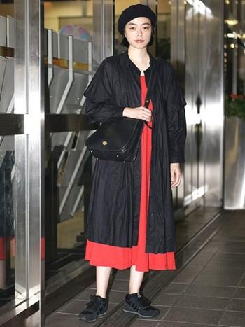 赤のワンピースに黒のコートを合わせて、シックに決めたお出かけコーデ。赤は派手だからあまり着ないという人も、赤の分量を減らしてあげればかっこよく着こなせそう。