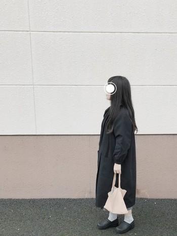 ビッグシルエットのコートは今年も人気です。バッグは小さく、 小物使いをシンプルな物を合わせれば、着ぶくれして見えないのでオススメです。