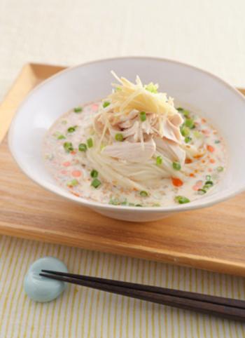 鶏ささみとたっぷりの薬味をのせていただく濃厚そうめんです。豆乳に丸鶏がらスープを溶かして簡単なスープを作り、電子レンジで加熱するだけのお手軽メニュー。