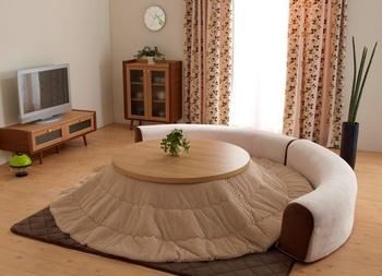 こたつスペースを贅沢にたっぷりと取って♪丸型のこたつにぴったり沿うような形のフロアソファーで至福のひとときを過ごせそうですね。