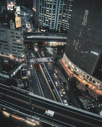 立ち並ぶビル、縦横に走る道路、行き交う人や車、銀座といえば賑やかな都会的なイメージがありますよね。
