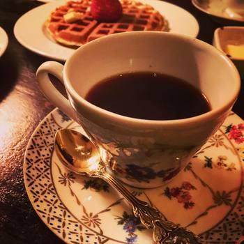マイセンのカップに注がれた本格的なコーヒー、そしてワッフルもこのお店の人気メニューです。