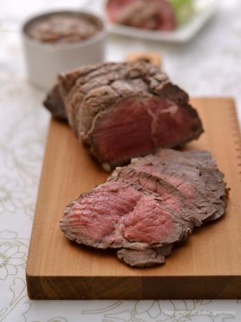 こちらはお鍋で作るレシピ。フライパンで焼く場合はアルミホイルで包むことで余熱を通しますが、鍋ならそのままでOK!蒸し焼きにすることで、お肉がしっとりと仕上がりますよ。