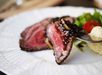色合いも味もちょっとオシャレにしたい時、バルサミコソースはいかがですか?少しクセのある味わいですが、お肉の旨味によく合います。パーティーやおもてなしにどうぞ!