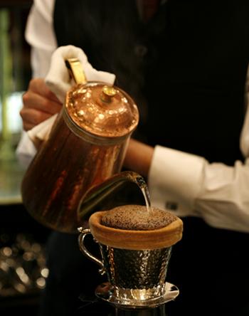 今も伝統を継承して、一杯一杯ネルの生地を使用したハンドドリップのこだわりのコーヒーがいただけます。
