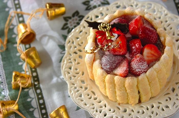 毎年悩むクリスマスのケーキ。マンネリ気味なら、思い切ってアイスケーキはいかがでしょうか?キャラメルナッツを混ぜ込んだイチゴアイスと、絞り袋で絞り出して焼いたスポンジ、仕上げに粉砂糖で雪化粧をすれば、素敵なクリスマスケーキに!