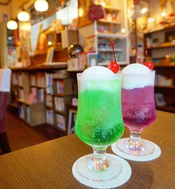 喫茶宝石箱の一番人気はクリームソーダ。透き通るグリーンのメロンソーダの上にはアイスクリームと真っ赤なチェリーがのっています。まさに王道のクリームソーダで、味は小さいころに飲んだ懐かしい味そのものです。