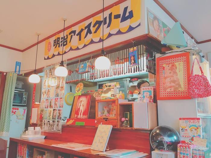 店内は昭和50年前後のポップス歌謡とお茶や雑貨を楽しめるという不思議な空間が広がっています。40代以降の女性にはどれもこれも懐かしいものばかりが溢れていて、はしゃいでしまいますよ。