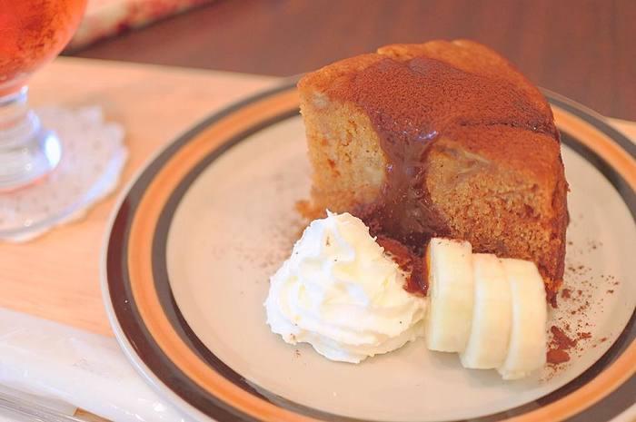 ちょっぴりほろ苦いキャラメルバナナケーキは大人のお味です。ドリンクセットで頼むと少しオトクになりますよ。